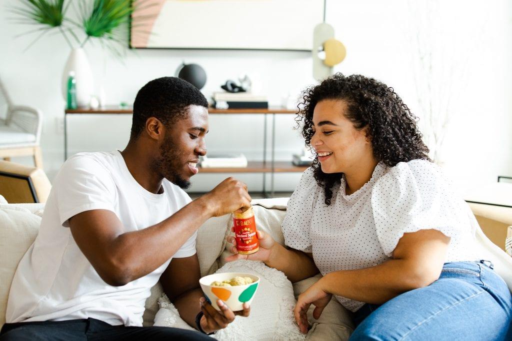 Dos personas compartiendo comida